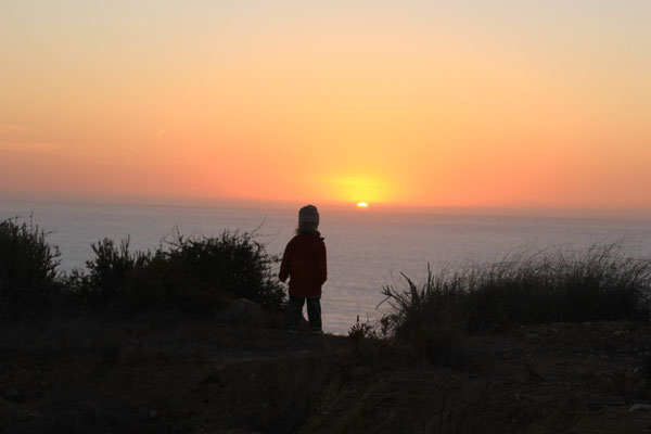 Sarah schaut der Sonne nach, terre de ocean
