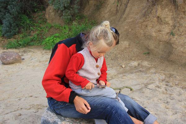 Sarah beim Schnitzen, Strand an der Ostsee