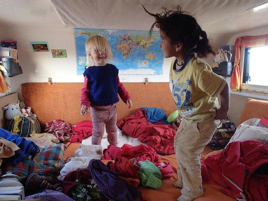 Jamila, Sarah im Unimog