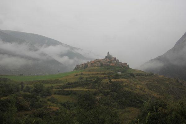 mystisches Dorf in den Bergen