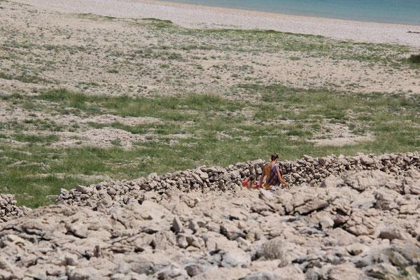 2. Schwimmerinnen auf dem Weg zum Meer