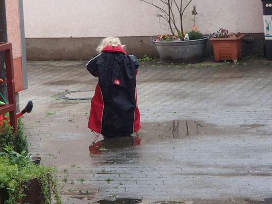 Sarah mit Regenschutz, Olching