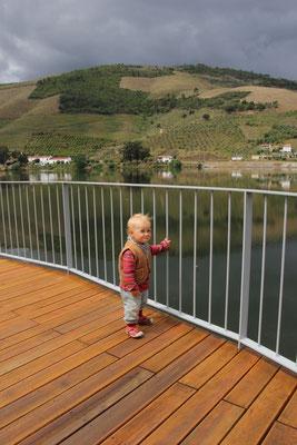 Sarah auf Erkundung, zum Glück gibt es Geländer,Douro