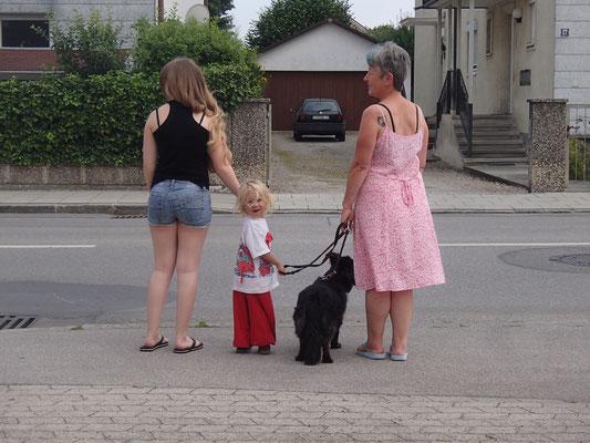 Drei Damen mit Hundedame, Olching