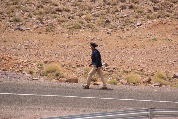 Fußgänger mit Maske auf ca. 2200 m, nächstes Dorf ca. 10 km weg