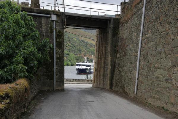 entgegenkommendes Flusskreuzfahrtschiff, Douro