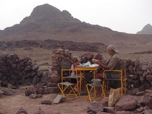 Abendessen vorbereiten auf 2200m im Windschutz, Tizn Tazaret