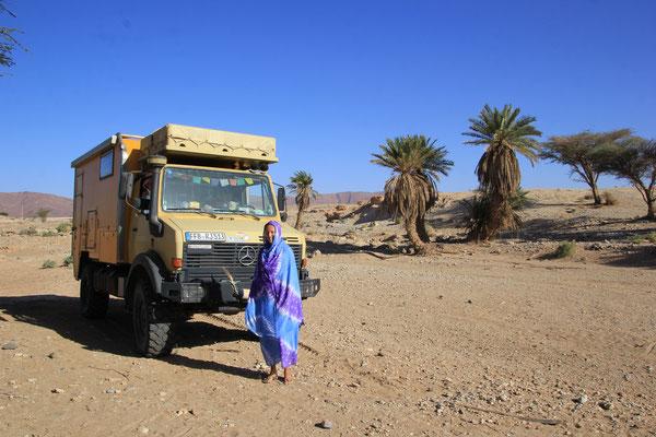 Stephanie in landesüblicher Tracht am Stpl.Nähe Foum el Hassan