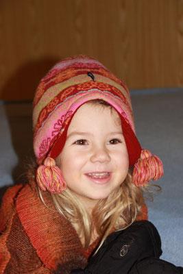 Sarah im Winterlook zu Hause