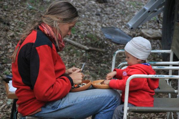 Sarah beim Gemüseschneiden, Standplatz Korkeichenwald