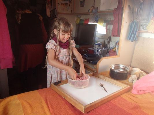 Sarah beim Fleischpflanzerl machen