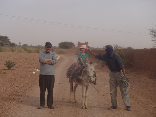 Sarah auf dem Esel des Maurers