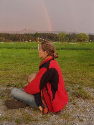 Stephanie mit Sarah unterm Regenbogen
