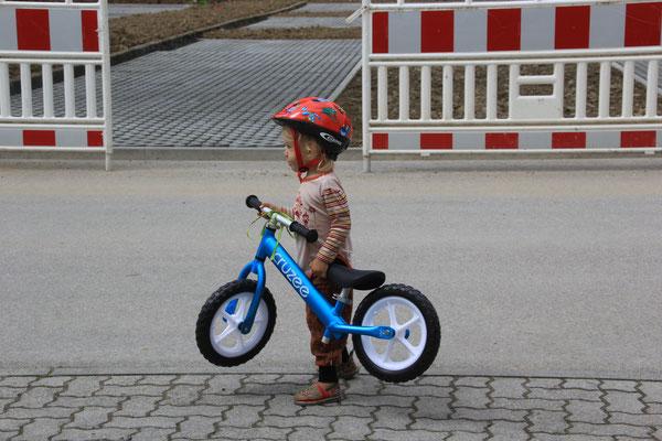 Sarah mit ihrem neuen Laufrad, Beuron