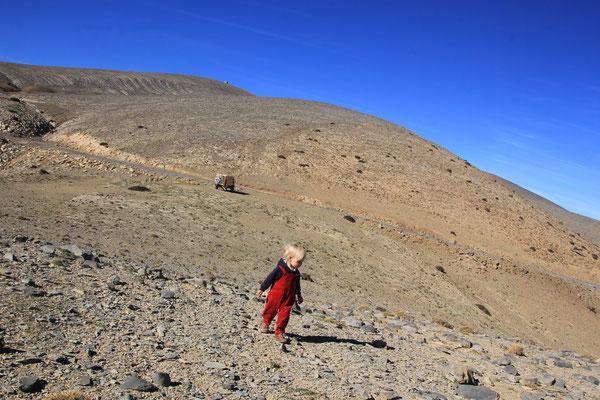 Sarah am Standplatz Tizi Oulmou ca. 2000 m