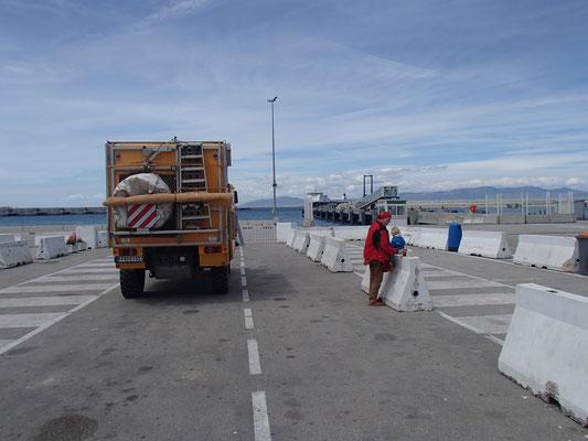 Brotzeitplatz Tanger Med, Warten auf die Fähre