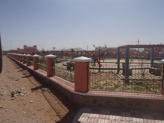 künstlicher Park in Dorf in der Wüste