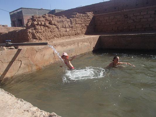 Baden im Wasserbehälter zur Bewässerung