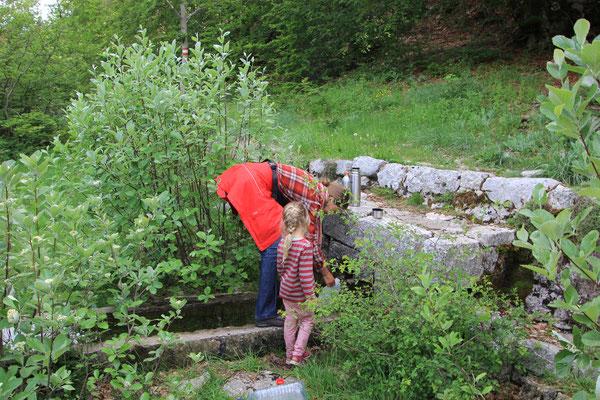 Wasserfassen an Quelle NP Lovcen