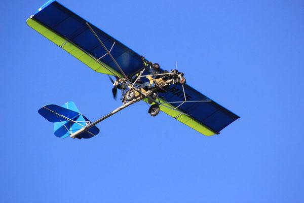 Ultraleicvhtflugzeug über uns