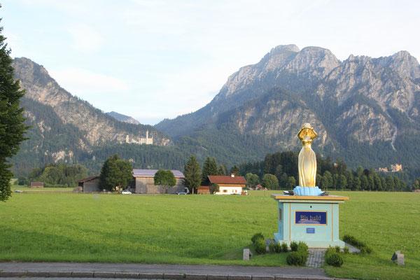 Neuschwanstein im Hintergrund