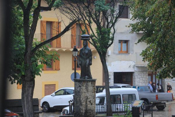 Skulptur in kleinem Dorf
