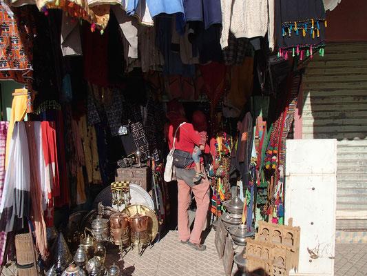 Stephanie, Sarah beim shoppen, Erfoud