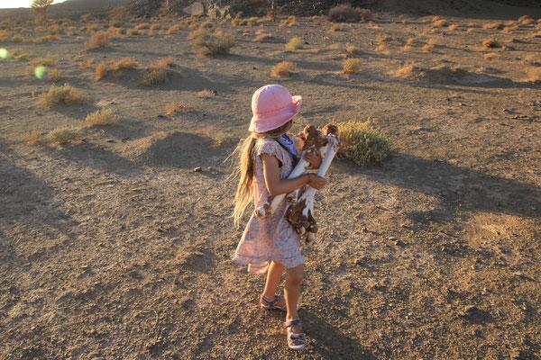 Sarah beim Kamelknochen sammeln