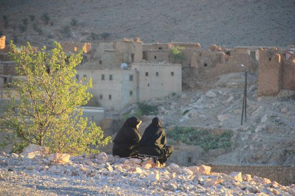 Frauen im Sonnenuntergang, Nähe Standplatz 1700 m