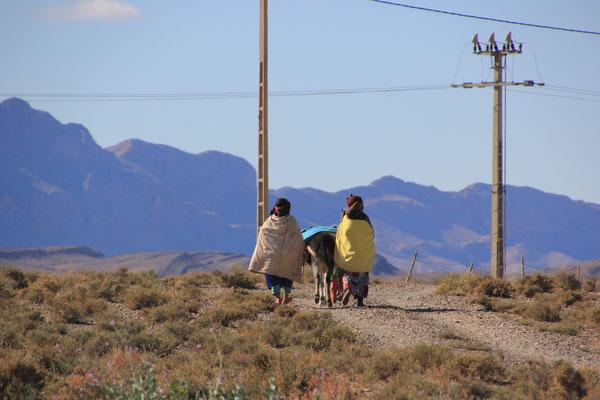 Frauen auf dem Weg  Standplatz Olivenfarm
