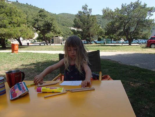 """Sarah beim Postkarten """"schreiben"""" Camping Prapatna/Ston"""
