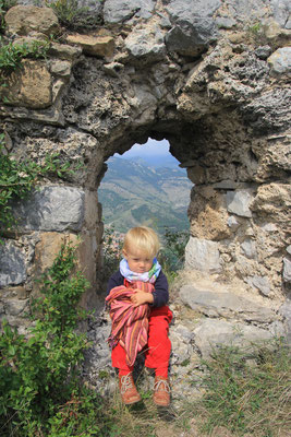 Sarah im Fenster des Castell de lilet 1070 m