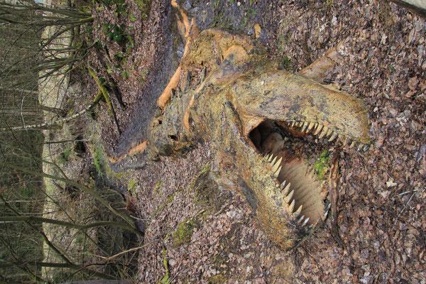 Dinoskelett im Sumpf