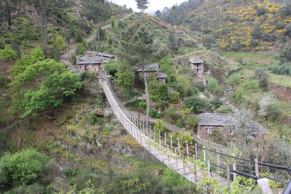 Hängebrücke zum privaten heiligen Platz