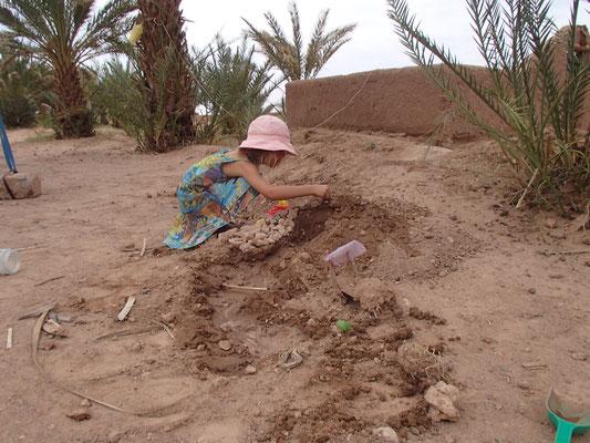 Sarah beim Bauen