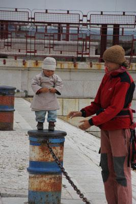 Sarah auf der Mole, Lisabon