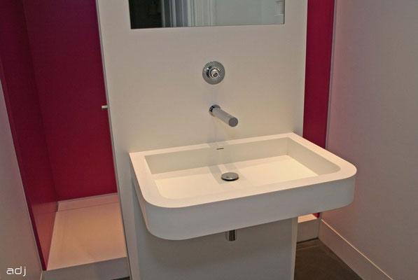 Plans vasque sur mesure, receveur de douche et parois murales.