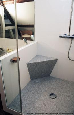 espace douche avec banc intégré