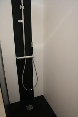 show-room Sermes Strasbourg, parois de douche blanc S 28 avec intégration d'une bande noir S 22