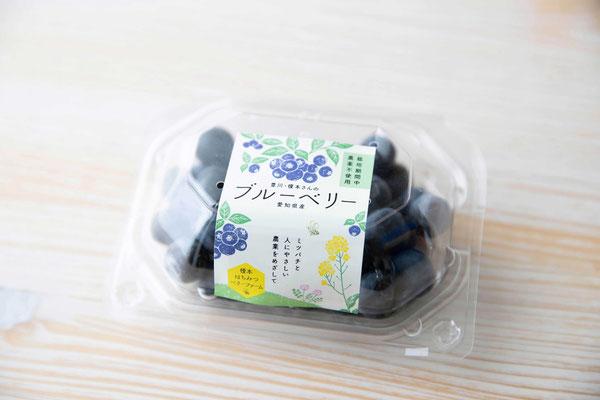 青一色のブルーベリーパックには、黄色の菜の花が効果的なアクセントに