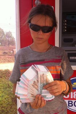 Die Millionärin beim Zählen der Banknoten, Laos