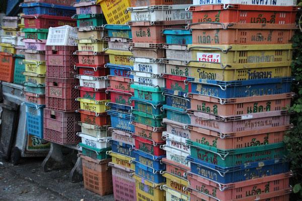 Stapel von bunten Kisten