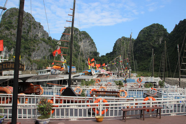 Touristenboote in der Halong-Bucht