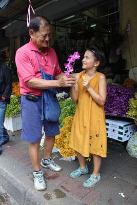 Ein Geschenk am Blumenmarkt in Bangkok