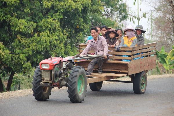 Fröhliche Begegnung auf der Strasse in Tad Lo, Laos