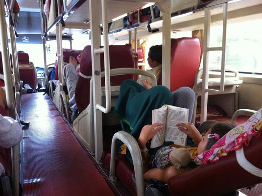 Lesen im Liegebus, Vietnam