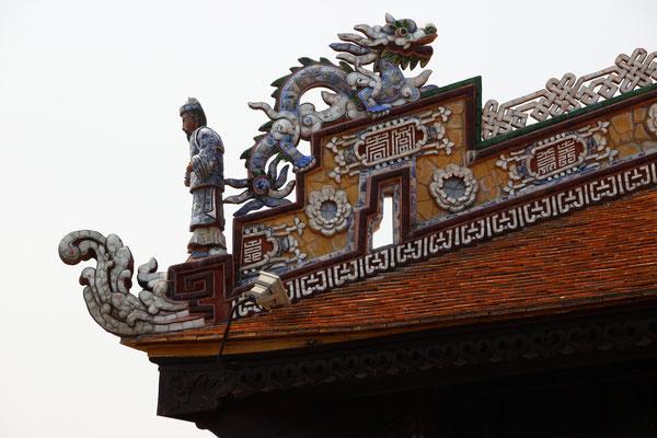 Detailreiche Dachverzierung im Kaiserpalast, Hué