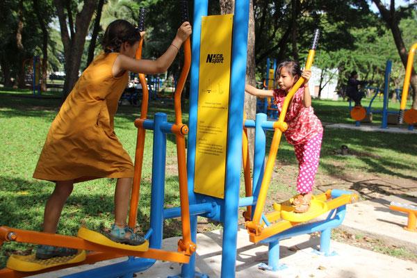 Sport: Fitnessgeräte auf dem Spielplatz, Bangkok