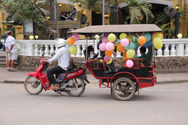 Ballongeschmückte Motorradrischka in Siem Reap, Kambodscha