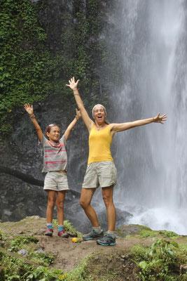 Beim Wasserfall in Munduk